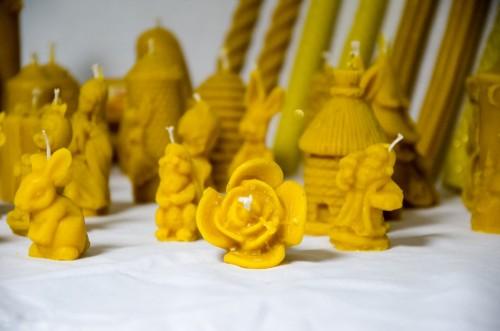 Prirodne svijeće u raznim oblicima izrađene od pčelinjeg voska